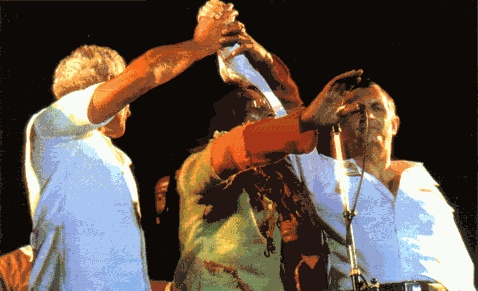 """- Bob réunit les mains des 2 rivaux politiques lors du """"One Love Peace Concert"""" le 22 avril 1978 -"""